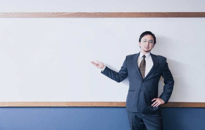 白板と男性