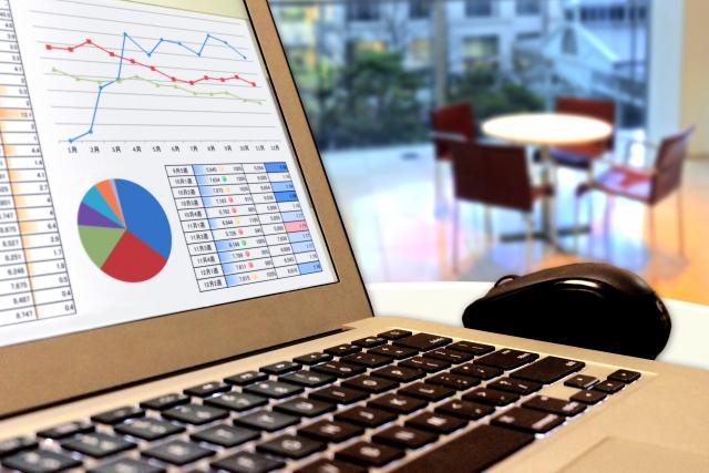 ノートパソコンとグラフ